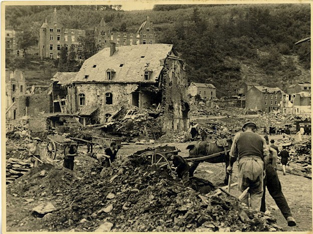 Inhabitants of La Roche start clearing the rubble in their devastated town. © Andrée Collin